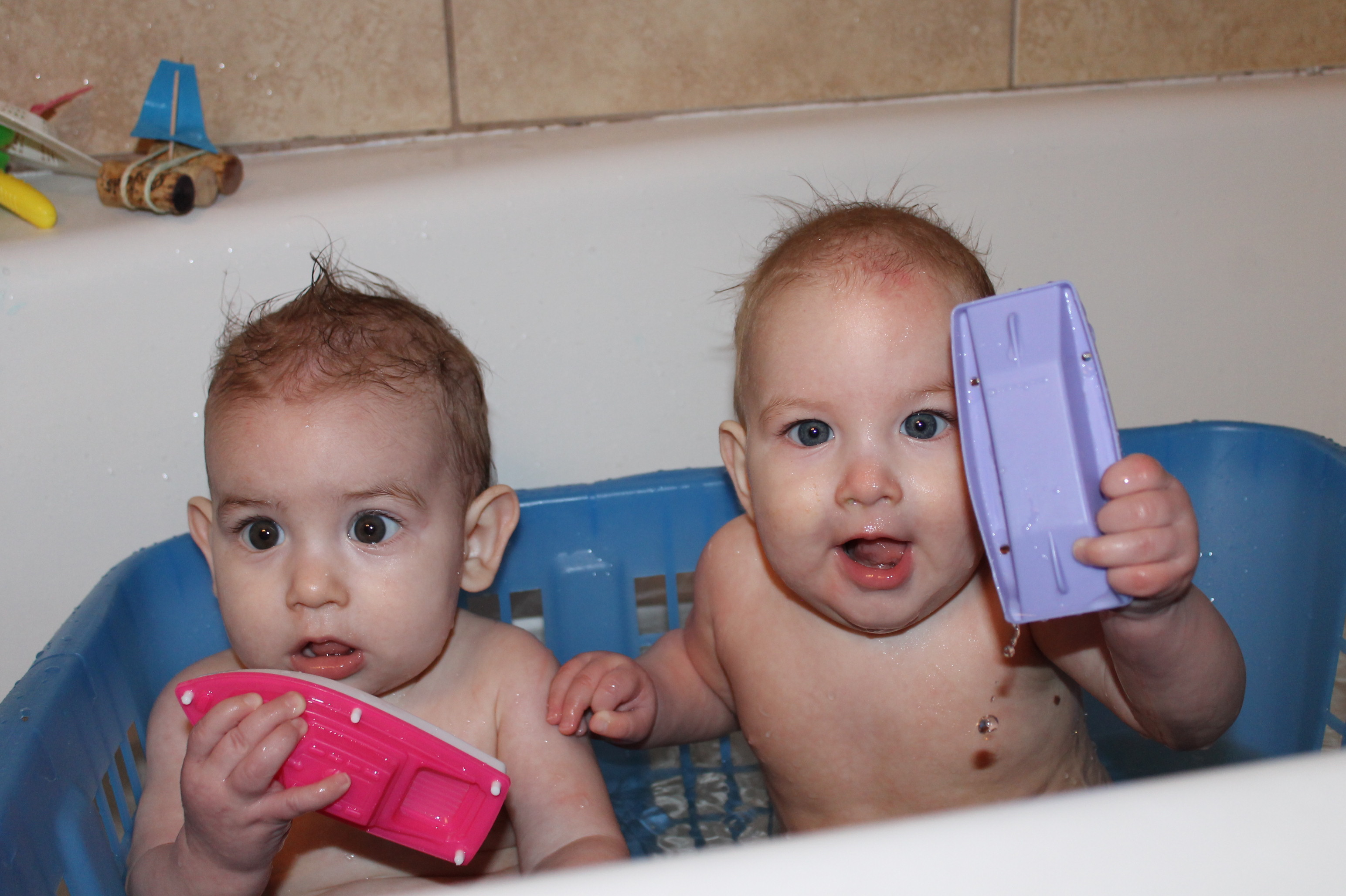 bathing 7mo old twins without help lifeplustwins. Black Bedroom Furniture Sets. Home Design Ideas
